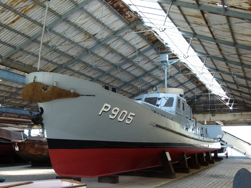 De P905 Schelde onder de loodsen op de Antwerpse kaaien