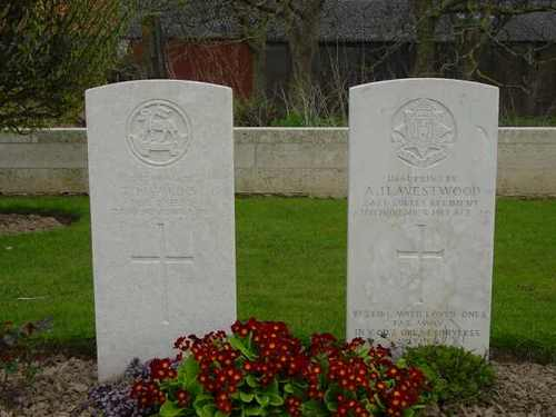 Elverdinge: Bleuet Farm Cemetery: 2 graven van geëxecuteerden