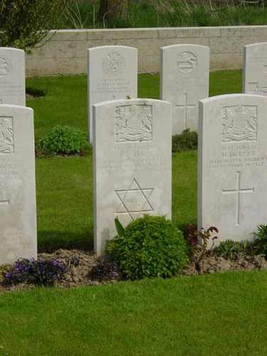 Elverdinge: Bleuet Farm Cemetery: graf met davidster