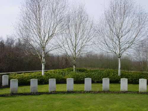 Zillebeke: Hedge Row Trench Cemetery: graven in cirkel