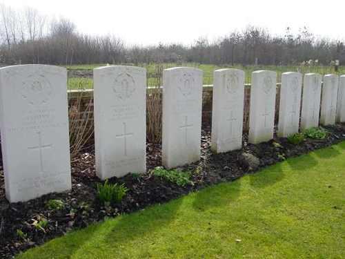Zillebeke: Hedge Row Trench Cemetery: rij met Special Memorials