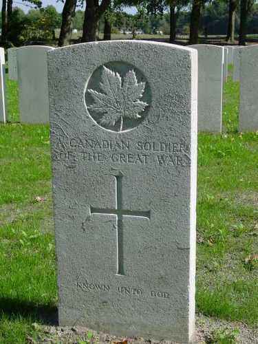 Zillebeke: Maple Copse Cemetery: graf onbekende Canadees