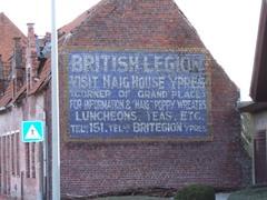Geschilderde muuradvertentie voor Haig House
