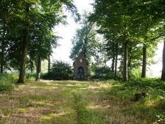Kapelhof met opgaande bomenrijen