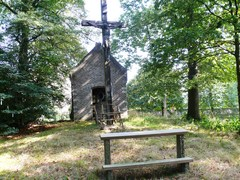 Kapelhof met opgaande bomen