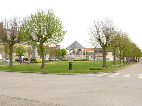 Heuvelland (Wijtschate) Sint-Medardusplein Gekandelaarde pleinbeplanting van linde (6)