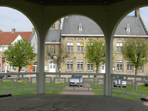 Heuvelland (Wijtschate) Sint-Medardusplein Gekandelaarde pleinbeplanting van linde (1)