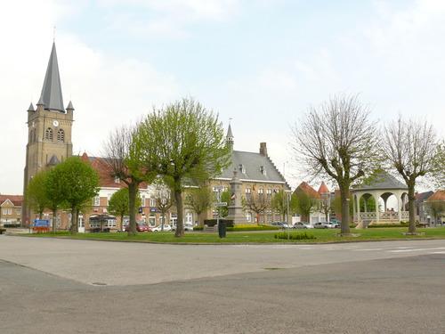 Heuvelland (Wijtschate) Sint-Medardusplein Gekandelaarde pleinbeplanting van linde (5)