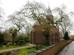 Twee treuressen op protestants kerkhof Korsele