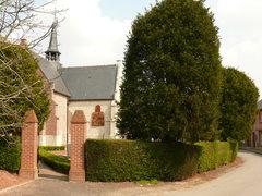 Afsluitingshaag met topiary van taxus bij kerkhof Vlassenbroek