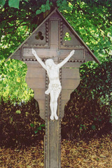 Overluifeld houten kruis met ijzeren Christus