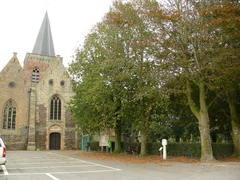 Twee gekandelaarde linden bij toegangsdreef naar de kerk