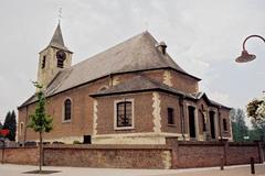 Parochiekerk Sint-Antonius met ommuurd kerkhof
