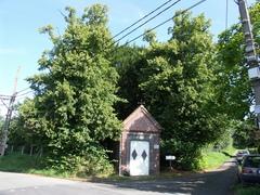 Twee kapellindes bij de kapel van Onze-Lieve-Vrouw van zeven weeën