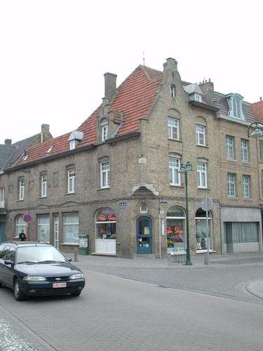 Diksmuide Admiraal Ronarchstraat 1 hoekhuis met winkel