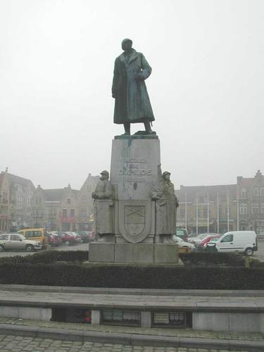 Diksmuide Grote Markt zonder nummer standbeeld voor Generaal Jacques de Dixmude