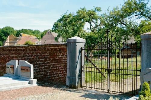 Hek bij de ingang van het kerkhof