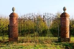 Restant van een herenboerenparkje en twee barriers