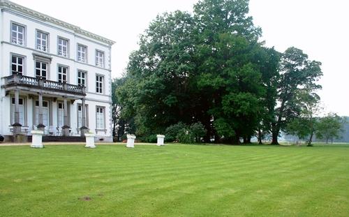 De noordelijke gevel van kasteel Jongenbos en de bomengroep
