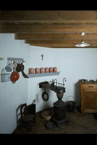 Deerlijk René Declercqstraat 8 Geboortehuis van René Declercq: het keukentje, aangekleed met onder meer een oude Leuvense stoof