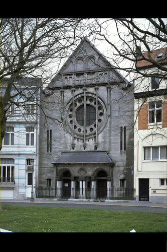 Synagoge: een verkleinde kopie van de orthodoxe synagoge van Frankfurt. De tien zuilen symboliseren de tien geboden.