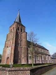Parochiekerk Sint-Trudo met ommuurd kerkhof en grafkapel