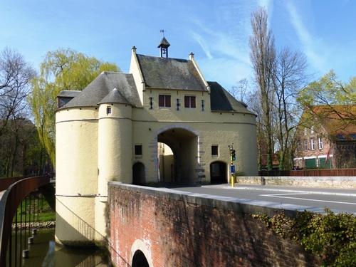 Brugge Smedenstraat zonder nummer Zicht op de Smedenpoort vanop een van de voetgangersbruggen