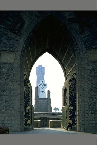 Ijzertoren vanuit de Paxpoort gezien