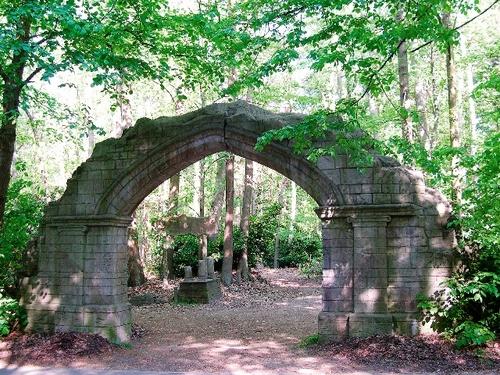 """De als ruïne opgevatte toegangspoort van het Mariapark te Averbode, werk van """"rocailleur"""" A. Janssens"""