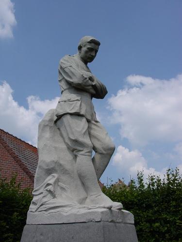 Merkem: Iepersteenweg: Monument Van Eecke: Beeld