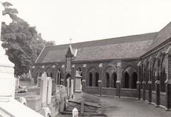 Kerkhof en neogotische kerkhofgalerij