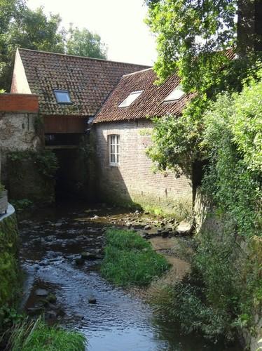 Aalst Blektestraat 79 Doorgang aan de Molenbeek waar het rad was onder het afdak