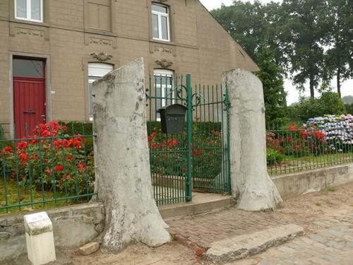 Lierde Steenweg 214 Welkomstbomen in cementrustiek ter vervanging van twee afgestorven bomen.