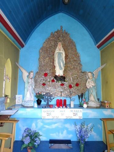 Melle Kloosterstraat Interieur van kapelletje tegen het gebouw met ID 36270