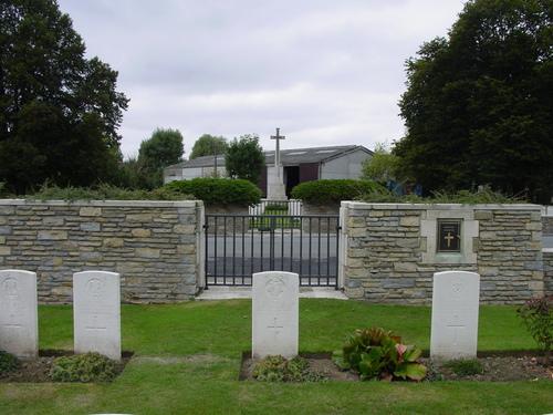 Dickebusch New Military Cemetery: zicht op Extension met Cross of Sacrifice