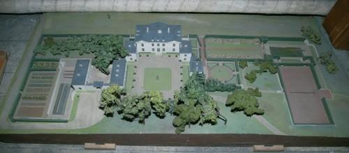 Het Sint-Annakasteel funcioneel ingekaderd - 'nut en sier' met parterres en groene kamers met moestuin, boomgaardje, tennisveld... naar ontwerp van Russell Page, die waarschijnlijk ook de maquette heeft gemaakt (met dank aan mevrouw H. Van Thillo)