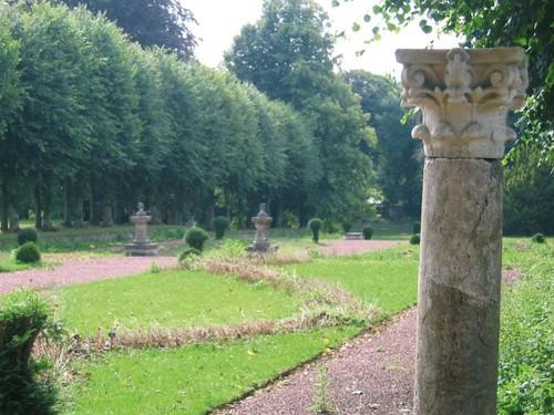 De met lindeplantjes omgeven terrastuin bij het kasteel van Bijgaarden