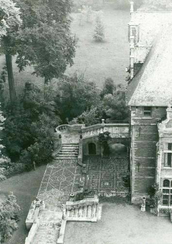 Het terras en trappenbordes aan de westzijde van het kasteel van Groot-Bijgaarden; landschappelijke aanplantingen op de achtergrond in 1981