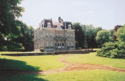 Het in 1906 gebouwde, eclectische Kasteel van Saffelberg te Gooik met sporen van de 'Franse' tuin ontworpen door Auguste Delvaux