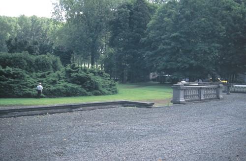 De door een balustrade afgelijnde 'terre-plein' voor het Kasteel van Saffelberg te Gooik en de rotonde, nu met Thujopis en Juniperus, relicten van de 'Franse' tuin ontworpen door Auguste Delvaux
