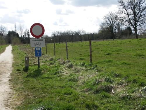 Pad op de grens tussen beemden en boomgaardengordel