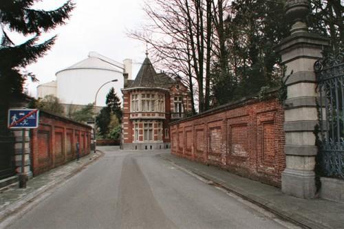 Moerbeke Plaisantstraat bijgebouwen van kasteel Lippens en muren