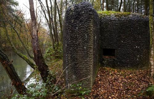 Kapellen Bunker gecamoufleerd met eitjes langs de antitankgracht