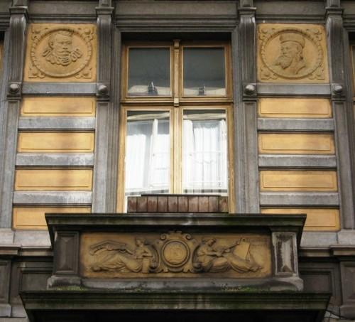 Antwerpen Lange Leemstraat 230 balkon en medaillons