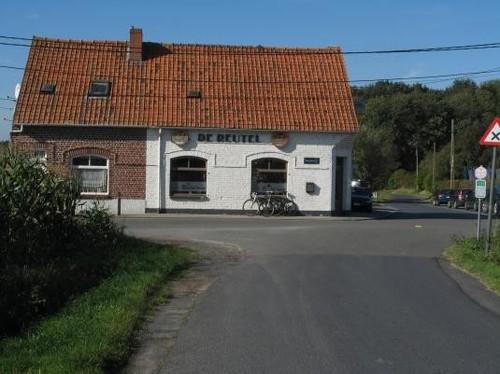 Het gehucht Reutel op het kruispunt van de Oude Kortrijkstraat en de Oude Wervikstraat