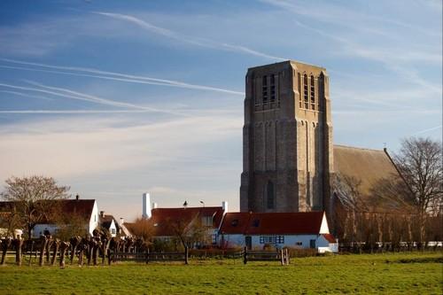 Damme (Oostkerke) zicht op de kerk met platte toren vanuit het zuidwesten