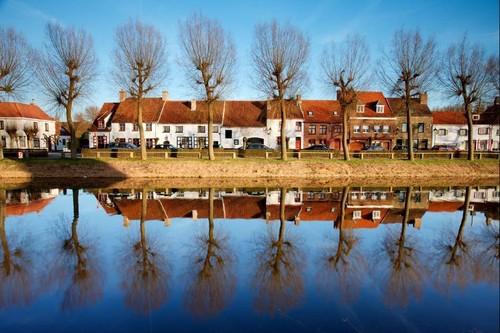 Damme, kleine stadswoningen langs de Damse Vaart
