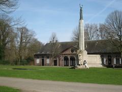 Oorlogsmonument met stallingen op achtergrond Middelheimpark (https://id.erfgoed.net/afbeeldingen/222330)