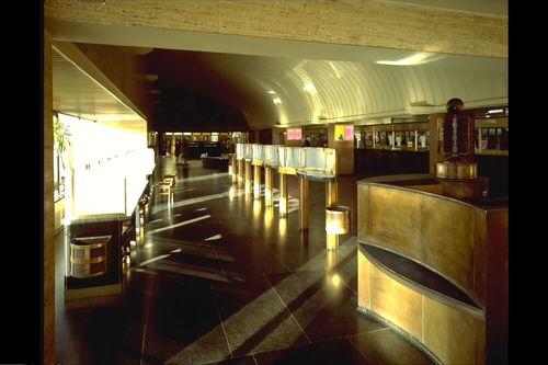 Postgebouw: binnenzicht van de loketzaal