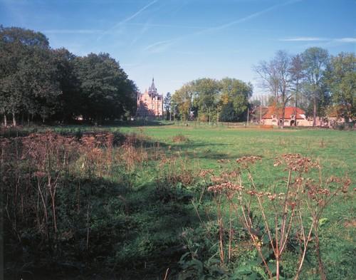 Zicht vanuit het zuidoosten op het kasteel, het voormalige brouwerij-herbergcomplex en de parkuitbreiding van 1919.